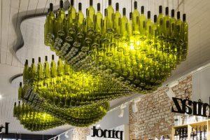 Wijn en interieur restaurant bar wijnflessen wijnrek